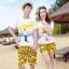 เสื้อคู่รัก ชุดคู่รักเที่ยวทะเลชาย +หญิง เสื้อยืดสีขาวลายคนยืนดูท้องฟ้า กางเกงขาสั้นลายอีโมสีเหลือง +พร้อมส่ง+ thumbnail 1