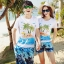 เสื้อคู่รัก ชุดคู่รักเที่ยวทะเลชาย +หญิง เสื้อยืดสีขาวลายคนติดเกาะ กางเกงขาสั้นลายต้นมะพร้าวโทนสีฟ้า +พร้อมส่ง+ thumbnail 1