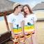 เสื้อคู่รัก ชุดคู่รักเที่ยวทะเลชาย +หญิง เสื้อยืดสีขาวลายคนนั่งมองดูนก กางเกงขาสั้นลายแถบสี +พร้อมส่ง+ thumbnail 1