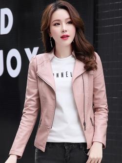 เสื้อแจ็คเก็ต เสื้อหนังแฟชั่น พร้อมส่ง สีชมพู คอจีน ดีเทลด้วยปกโฉบเฉี่ยว แต่งกระเป๋าหลอกด้วยซิบรูด สุดเท่ห์