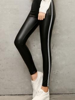 กางเกงแฟชั่น พร้อมส่ง สีดำ หนังมันเงา แต่งลายริ้วด้านข้างเก๋ ใส่แล้วเก็บต้นขาเรียบเข้ารูปสวยค่ะ