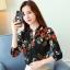 เสื้อเชิ้ตทำงาน เสื้อแฟชั่น สีดำ คอจีนจับกลีบ ลายดอกไม้สีสันสดใส แต่งกระดุมช่วงคอเสื้อ เนื้อผ้า ลื่นๆใส่สบาย thumbnail 4