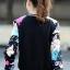 เสื้อคลุม พร้อมส่ง เสื้อคุลมแฟชั่น พื้นสีดำ ผ้าคอนตอน ลื่นๆใส่สบาย แต่งแขนด้วยลายดอกชบาสีสันสดใส thumbnail 3