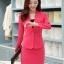 เสื้อสูทสีชมพู แขนยาว แต่งเว้าช่วงคอ คอวีลึกติดกระดุมเม็ดเดียว กระโปรงสั้น สีชมพู ทรง A ค่ะ thumbnail 3