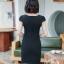 ชุดเดรสทำงาน สีดำ คอวี แขนสั้น แต่งกระดุมน่ารัก ดีเทลระบายชายเสื้อ thumbnail 10