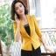 เสื้อสูทแฟชั่น เสื้อสูทสำหรับผู้หญิง พร้อมส่ง สีเหลือง คอปก แขนพับสามส่วน หัวไหล่ยกนิดๆ ไม่มีซับในระบายอากาศได้ค่ะ thumbnail 3