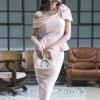 เดรสผ้าโพลีเอสเตอร์ผสมสีชมพู เปิดไหล่ด้านขวา ไหล่ด้านซ้ายแต่งด้วยผ้าผูกเป็นโบว์