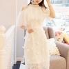 เดรสสีขาว ตัวชุดมีดีเทลเยอะสวยมากๆๆค่ะ ด้านนอกสุดของชุดเป็นผ้าลูกไม้ปักลายดอกไม้