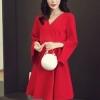 เดรสผ้าโพลีเอสเตอร์ผสมสีแดง แขนยาว ดีไซน์เก๋ที่ปลายแขนเสื้อ แหวกสูงขึ้นมา