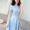 เดรสตัวเสื้อผ้าลูกไม้เนื้อนิ่มสีฟ้า แขนสั้น ปลายแขนเสื้อแต่งด้วยผ้าถักโครเชต์ รูปดอกไม้