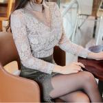 เสื้อผ้าลูกไม้เนื้อดีสีเทา แขนยาว คอปก คอเสื้อด้านหน้า แต่งด้วยผ้าโปร่ง และประดับด้วยผ้าถักโครเชต์
