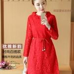 เดรสผ้าลูกไม้เนื้อดี สีแดงแขนยาว ทรงตรง คอเสื้อระบายผ้าลูกไม้ มาพร้อมสายผูกเอวเหมือนแบบ