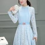เดรสผ้าลูกไม้สีฟ้า แขนยาว หน้าอก คาดด้วยผ้าชีฟองอัดพลีตเล็กๆๆสีฟ้า พร้อมเข็มขัดเหมือนแบบ