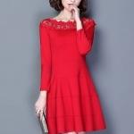 เดรสผ้าคอตตอนผสม เนื้อดี สีแดง แขนยาวห้าส่วน คอเสื้อแต่งด้วยผ้าถักโครเชต์ลายดอกไม้
