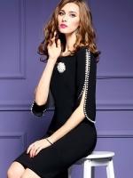 เดรสผ้าโพลีเอสเตอร์สีดำ ดีไซน์เก๋มากๆๆค่ะ แต่งแขนเสื้อด้วยมุกสีขาว มาพร้อมเข็มกลัดมุกประดับคริสตรัล