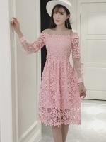 เดรสผ้าลูกไม้ถักโครเชต์รูปดอกไม้ สีชมพู คอเสื้อ ไหล่ และปลายแขนเสื้อ เป็นผ้าโปร่งซีทรูสีชมพู