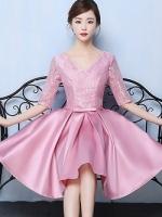 เดรสออกงานสุดหรู ตัวชุดเป็นผ้าไหมสีชมพูเข้ม ดีไซน์คอวี แขนเสื้อเป็นผ้าลูกไม้ยาว 3 ส่วน