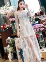 เดรสยาวออกงานสุดหรู ตัวชุดเป็นผ้าลูกไม้ปักสีครีม ปักลายดอกไม้ดอกไม้เล็กๆๆ โทนสีฟ้าและชมพู