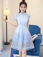 เดรสตัวเสื้อผ้าลูกไม้ สีฟ้า คอจีน กระโปรงด้านนอกซ้อนด้วยผ้าไหมแก้วแต่งผ้าลายดอกไม้สีฟ้า เทา