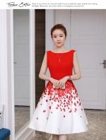เดรสผ้าโพลีเอสเตอร์สีแดง แขนกุด ช่วงเอว คาดด้วยผ้าริบบิ้นสีแดง กระโปรงผ้าซาตินพื้นสีขาว ลายกลีบกุหลาบ