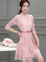 เดรสผ้าลูกไม้สีชมพู แขนยาว หน้าอก คาดด้วยผ้าชีฟองอัดพลีตเล็กๆๆสีชมพู พร้อมเข็มขัดเหมือนแบบ