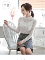 เสื้อสีขาว เสื้อผ้าลูกไม้สีขาวแขนยาว ช่วงคอเสื้อไหล่เป็นผ้ามุ้งซีทรู ปักด้วยด้ายลายเส้น ตามแบบ และประดับด้วยดิ้น