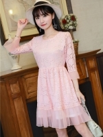 เดรสผ้าลูกไม้เนื้อดีสีชมพูโอรส แขนยาวสี่ส่วน ปลายแขนเสื้อ และชายกระโปรง แต่งด้วยผ้าชีไหมแก้วสีชมพูอัด