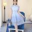 เดรสตัวเสื้อผ้าลูกไม้ สีฟ้า คอจีน กระโปรงด้านนอกซ้อนด้วยผ้าไหมแก้วแต่งผ้าลายดอกไม้สีฟ้า เทา thumbnail 8