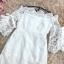 เดรสผ้าลูกไม้ถักสีขาว คอป้าน เปิดไหล่เล็กน้อย เดรสทรงตรงสอบ แขนเสื้อระบาย และแต่งผ้าริบบิ้น รูปโบว์ thumbnail 12