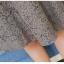 เดรสผ้าลูกไม้เนื้อดีสีเทา แขนยาวห้าส่วน รอบคอเสื้อ เอว และปลายแขนเสื้อ แต่งด้วยผ้าถักโครเชต์ชายระบาย thumbnail 3