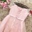 เดรสออกงานสุดหรู ตัวชุดเป็นผ้าลูกไม้ปักสีชมพูโอรส ดีไซน์เปิดไหล่ ปิดต้นแขน ที่เอวแต่งด้วยผ้ารูปดอกไม้ thumbnail 9