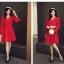 เดรสผ้าโพลีเอสเตอร์ผสมสีแดง แขนยาว ดีไซน์เก๋ที่ปลายแขนเสื้อ แหวกสูงขึ้นมา thumbnail 3