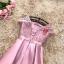 เดรสออกงานสุดหรู ตัวชุดเป็นผ้าไหมสีชมพูเข้ม ดีไซน์คอกลม แขนเสื้อเป็นผ้าลูกไม้แขนสั้น thumbnail 6