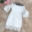 เดรสผ้าลูกไม้ถักสีขาว คอป้าน เปิดไหล่เล็กน้อย เดรสทรงตรงสอบ แขนเสื้อระบาย และแต่งผ้าริบบิ้น รูปโบว์ thumbnail 13