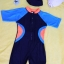 ชุดว่ายน้ำเด็กบอดี้สูท สีดำ แขนฟ้า แถบส้มฟ้า แขนสั้น ความยาวแค่เข่า thumbnail 1