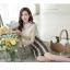 เสื้อผ้าลูกไม้สีครีมแขนยาว ช่วงไหล่เป็นผ้ามุ้งซีทรู ปักด้วยด้ายลายดอกไม้ ช่วงไหล่เย็บคอเสื้อผ้าถักประดับมุก thumbnail 11