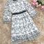 เดรสผ้าชีฟองเนื้อดีสีขาว ปักด้ายลายใบไม้เล็กๆๆสีดำ และมีผ้าถักรูปดอกไม้เล็กๆๆสีขาวลอยออกมาจากตัวชุด thumbnail 18