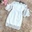 เดรสผ้าลูกไม้ถักสีขาว คอป้าน เปิดไหล่เล็กน้อย เดรสทรงตรงสอบ แขนเสื้อระบาย และแต่งผ้าริบบิ้น รูปโบว์ thumbnail 14