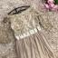 เดรสยาวออกงาน ตัวเสื้อผ้าลูกไม้ปักลายสีน้ำตาลทอง คอเสื้อและตัวชุดด้านหน้า แต่งด้วยคริสตรัลใสและมุกสี thumbnail 13