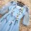 เดรสผ้าไหมแก้ว organza เนื้อทรายสีฟ้า คอวี หน้าอกเสื้อแต่งด้วยผ้ารูปดอกไม้และใบไม้ thumbnail 14