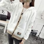 เสื้อกันหนาวสีหวานๆ เย็บบาร์โลโก้ติด ดูเท่ห์ๆ หวานๆ ลงตัวพอดีๆ - ขาว