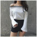 เสื้อยืดแฟชั่น สีพื้นขาวและดำ คอกว้างเปิดไหล่ กับแขนยาวปลายบาน ดูชิลๆ ได้ทุกวัน - ขาว