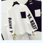 เสื้อกันหนาวแฟชั่น สีทูโทน ตัดกับลายสกรีนแบบเด่น สะดุดตา - ขาว