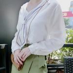 เสื้อแขนยาวแฟชั่น สะดุดตาด้วยปกเสื้อดีไซน์เหมือนเนคไทด์ - ขาว