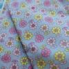 ผ้าคอตตอนไทย 100% 1/4 ม.(50x55ซม.) ลายดอกไม้พื้นสีเทาฟ้า