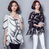 เสื้อแฟชั่น ผ้าชีฟองสีพื้นขาว-ดำ กับลวดลายกราฟฟิค ขับให้ตัวเสื้อดูมีสีสัน