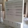 ตู้โชว์หลังทึบไม้เหล๊็กคาด 5 เส้น วินเทจสีขาวสำหรับร้านค้า