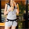 ชุดออกกำลังกายขอสั้น เล่นสีทูโทนเท่ห์ๆ ตัดด้วยผ้ายืดเพื่อให้สาวๆ มีความคล่องตัวสูง