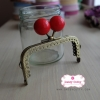 ปากกระเป๋า ปิ๊กแป๊กแบบเหลี่ยม สีทองเหลือง ลูกตุ้มสีแดง กว้าง 8.5 ซม.