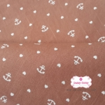 ผ้าคอตตอนลินิน 1/4เมตร พื้นสีน้ำตาลอ่อน ลายสมอเรือเล็กสลับหัวใจสีขาว